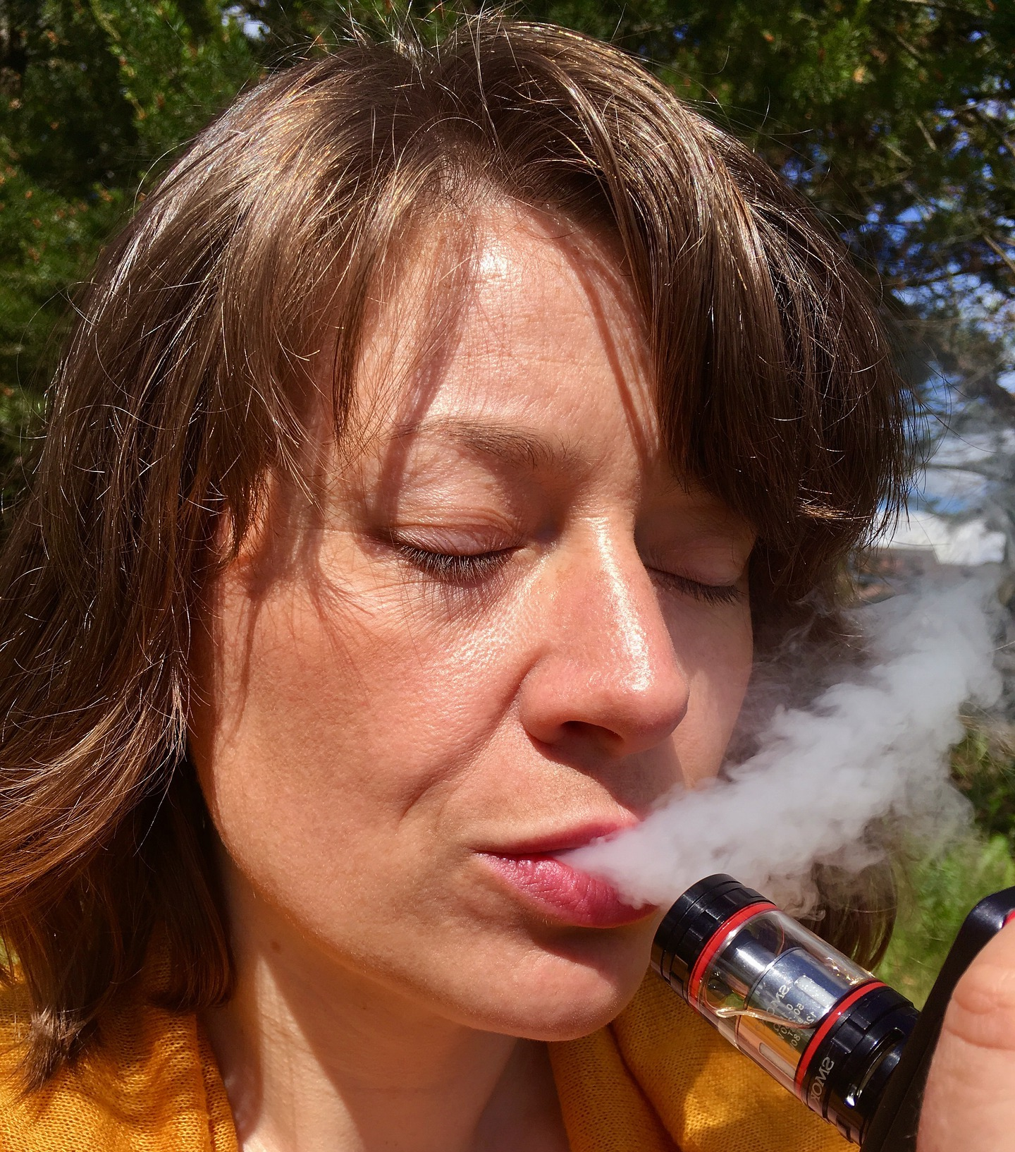 woman vaping safely with save juice